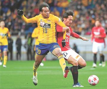 前半34分、ゴール前で浦和・阿部(右)と競り合う仙台・ジャーメイン