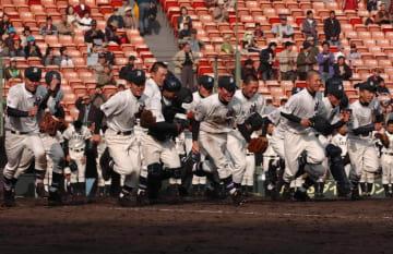 準決勝で強豪PL学園を破り、喜びを爆発させる清峰ナイン=2006年4月3日、甲子園野球場