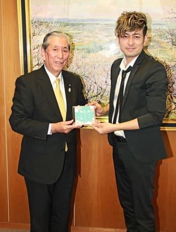 【「僕らが生まれた梅の町」のCDを手にする小谷芳正町長(左)と川島ケイジさん=和歌山県みなべ町芝の町役場で】