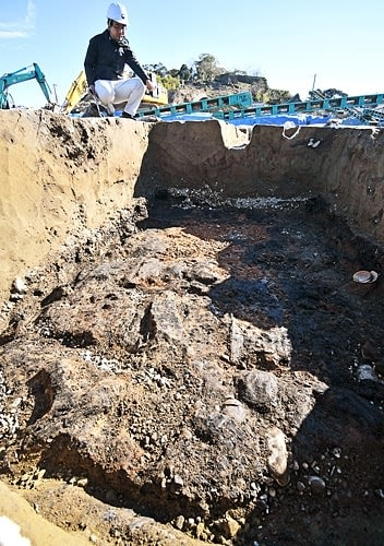 【炭化した建築部材が残る地下式倉庫跡(11日、和歌山県新宮市で)】