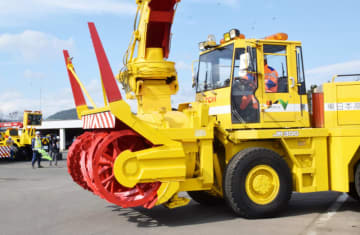 冬季の高速道の安全確保に向けて出動する除雪車
