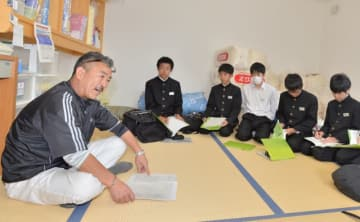 舘洞毅謙さん(左)から話を聞く厨川中の生徒