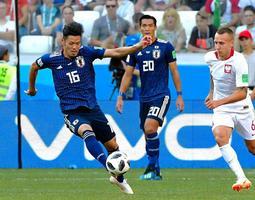 ロシアW杯のポーランド戦でクリアする日本代表の山口蛍(左)=6月、ロシア・ボルゴグラード