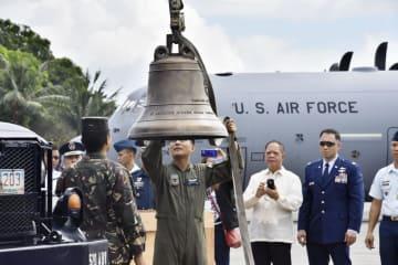 11日、フィリピン・マニラの空軍基地に到着し、返還された「バランギガの鐘」(共同)