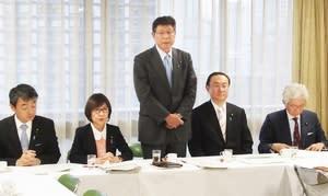 北陸新幹線整備プロジェクトチームの初会合であいさつする高木毅座長(右から3人目)。左隣は稲田朋美氏=12月10日、自民党本部