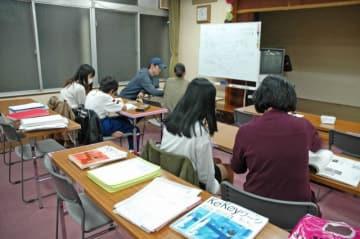 市から委託を受けたNPO法人のスタッフととともに午後6時半から2時間ほど勉強する中学生たち=川崎市中原区