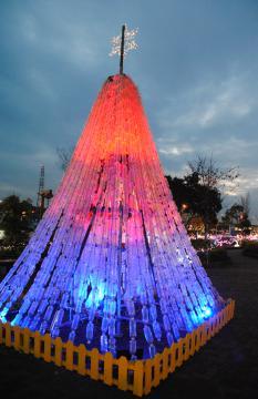 3〜5秒で赤や青など色合いの変化が楽しめる「エコ・クリスマスツリー」=土浦市上高津のイオンモール土浦