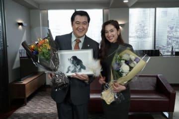 連続ドラマ「SUITS/スーツ」のクランクアップを迎えた小手伸也さん(左)、中村アンさん(C)フジテレビ