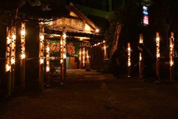 竹灯籠の優しい明かりで温泉客を出迎える丸新荘
