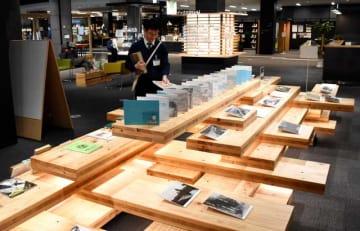 県産スギを使った展示台を設置するなど、木材を多く活用している都城市立図書館