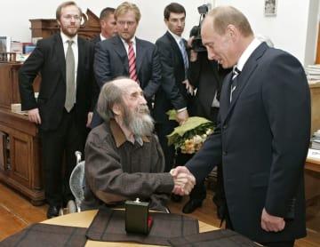 2007年6月、モスクワの自宅を訪れたプーチン大統領(右)と握手するソルジェニーツィン氏(ロイター=共同)