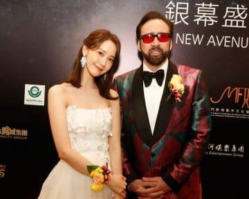 マカオ国際映画祭タレント・アンバサダーのニコラス・ケイジ(右)と少女時代ユナ