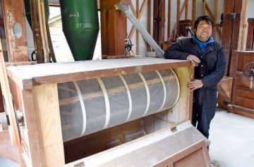 導入した製粉機の前で「小麦農家を増やしたい」と語る増田泰博さん=霧島市霧島永水