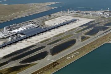 台風21号による高潮で浸水し、誘導路などに水が残る関西空港=9月5日