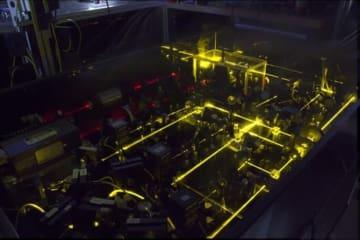 米国立標準技術研究所(NIST)が管理するイッテルビウム光格子時計 (c) NIST