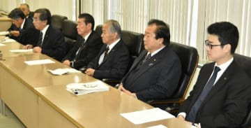 公務旅費問題で今治市議会の井村雄三郎議員の辞職勧告決議案を提出すると発表した7会派代表ら=4日午前、市役所