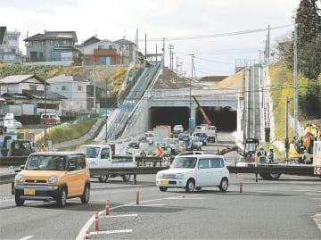 工事が進む浦田工区北側の交差点予定地。奥に見える南光台トンネル(仮称)は既に完成した=仙台市泉区松森(写真の一部を加工しています)