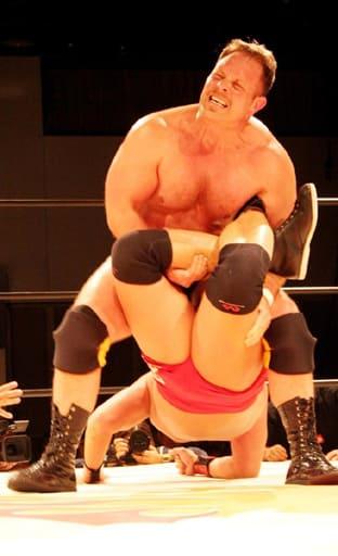 「ザ・グラバー」を名乗り、九州プロレスでの最後の試合で奮闘するサウザーさん(上)=福岡市