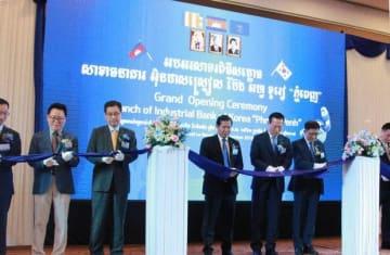 カンボジア支店の開業式典でテープカットするIBK企業銀行の幹部ら=11日、プノンペン(NNA撮影)