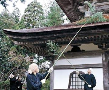 總持寺祖院、1年の汚れ落とす