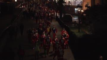 街を駆け抜けるサンタクロースの大群 ロンドンで今年もチャリティーマラソン