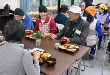 鹿島高校の生徒との食事を楽しむお年寄り=鹿嶋市城山