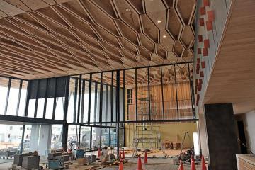 報道陣に公開された新庁舎1階の多目的ホール、エントランスホール