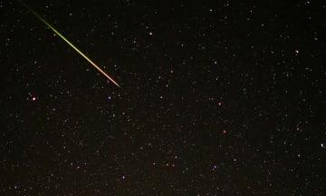 2013年に撮影された「ふたご座流星群」の流星=2013年12月15日、和歌山県串本町