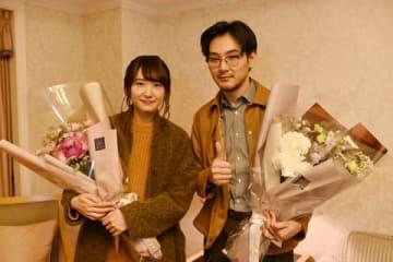 連続ドラマ「獣になれない私たち」のクランクアップを迎えた新垣結衣さん(左)と松田龍平さん=日本テレビ提供