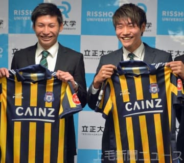来季ザスパへの加入が内定した立正大4年の鈴木(左)と岡村=埼玉県熊谷市の同大熊谷キャンパス