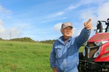 昨年10月に米軍の大型輸送ヘリが不時着、炎上する事故があった牧草地。所有者の西銘晃さんは「いまだ事故原因も究明されないまま米軍機の飛行が続いている」と訴えた=4日、沖縄県東村高江地区