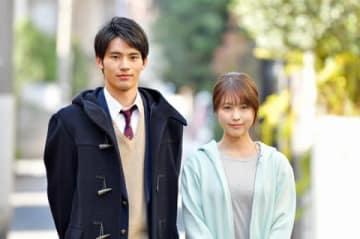 連続ドラマ「中学聖日記」に出演する岡田健史さん(左)と有村架純さん=TBS提供