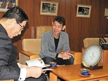 古田肇知事に喜びを語る「柳家」の山田剛之料理長(右)=11日午前、県庁