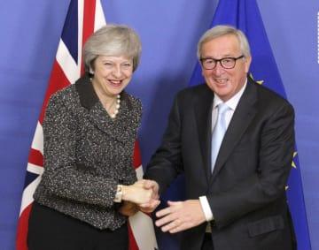 11日、ブリュッセルのEU本部で、会談前に握手するメイ英首相(左)とユンケル欧州委員長(共同)