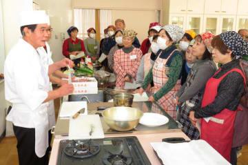 【河本さん(左端)に天ぷらのこつを教わる参加者ら=伊勢市楠部町の四郷地区コミュニティセンターで】