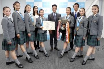 村越市長(中央)を表敬訪問した昭和学院高校新体操部の部員ら=市川市役所