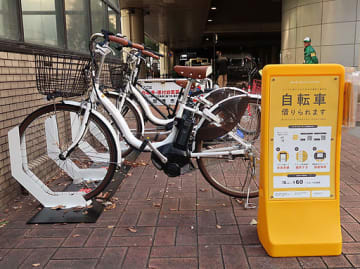 阪神尼崎駅前近くの「ステーション」に並ぶシェアサイクル用の自転車