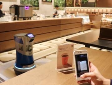 実証実験を行うスマホから注文すると、ロボットが商品を届けてくれる次世代カフェ(写真:森トラストの発表資料より)