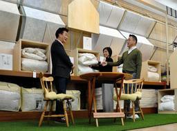 「まちの、いえ」協同組合に加盟する「寝具のうちはし」の店舗。人工芝を敷いたデザイン性の高い売り場も設けた=西脇市野村町