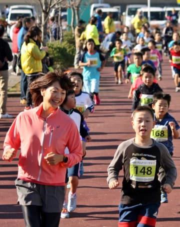 子どもたちとランニングを楽しむ高橋さん(左)