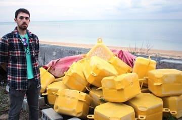 持ち主は誰? プラスチック製のフロートが沖縄の海岸に漂着