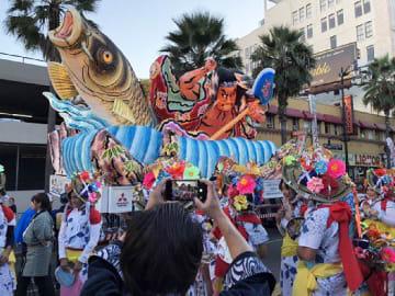 ハリウッドクリスマスパレードに参加した大型ねぶた=11月25日、米ロサンゼルス