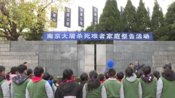 南京大虐殺の生存者·艾義英さん、「嘆きの壁」前で肉親を追悼