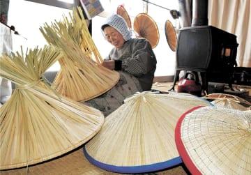 冬の手仕事として春まで続く菅笠作り