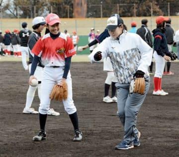 ソフトボール女子日本代表(右)に投球の指導を受ける子ども=八代市