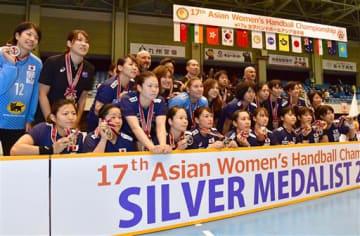 銀メダルを手に記念写真に納まる日本代表の選手たち=9日、熊本市の県立総合体育館(小野宏明)
