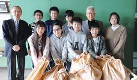 市ボランティア連絡協議会にリングプルを寄贈した高砂小児童会のメンバー