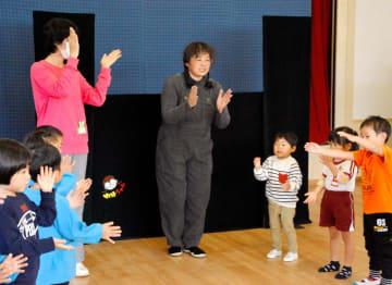 人形劇で笑顔お届け 四国中央のNPO公演 豪雨被災地・宇和島吉田地域 園児ら40人満喫