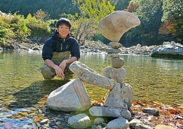 【和歌山県田辺市の大塔地域を流れる清流・安川の河原で、創作活動に取り組む三國古渓さん(和歌山県田辺市下川上で)】