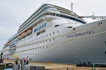 【今年4月、新宮港に初入港したイタリアのクルーズ客船「コスタ・ネオロマンチカ」(和歌山県新宮市で)】